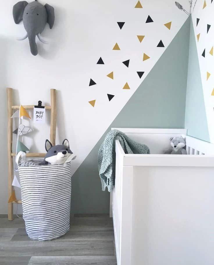 peinture géométrique triangle chambre d'enfant