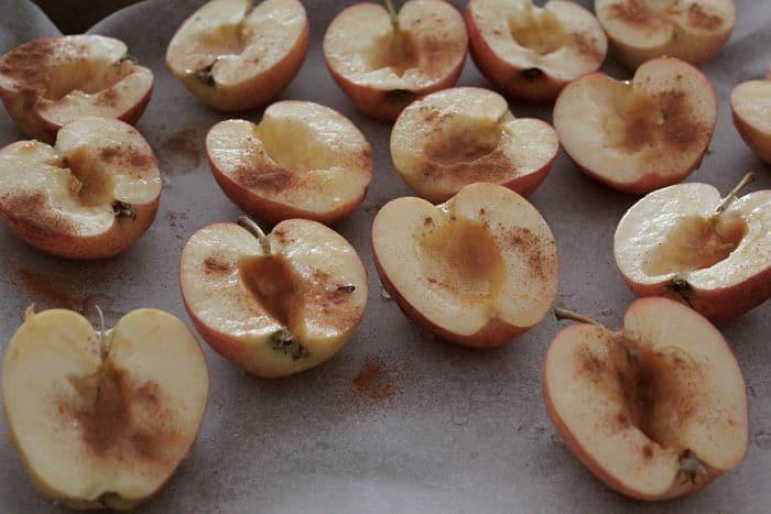 Recette pommes au four : Pommes coupées en deux avant cuisson